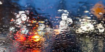 Jak jeździć w deszczu, by bezpiecznie dotrzeć do celu?